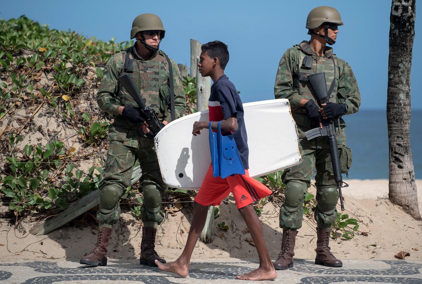 Soldados do exército na praia de Ipanema. Foto Mauro Pimentel/AFP