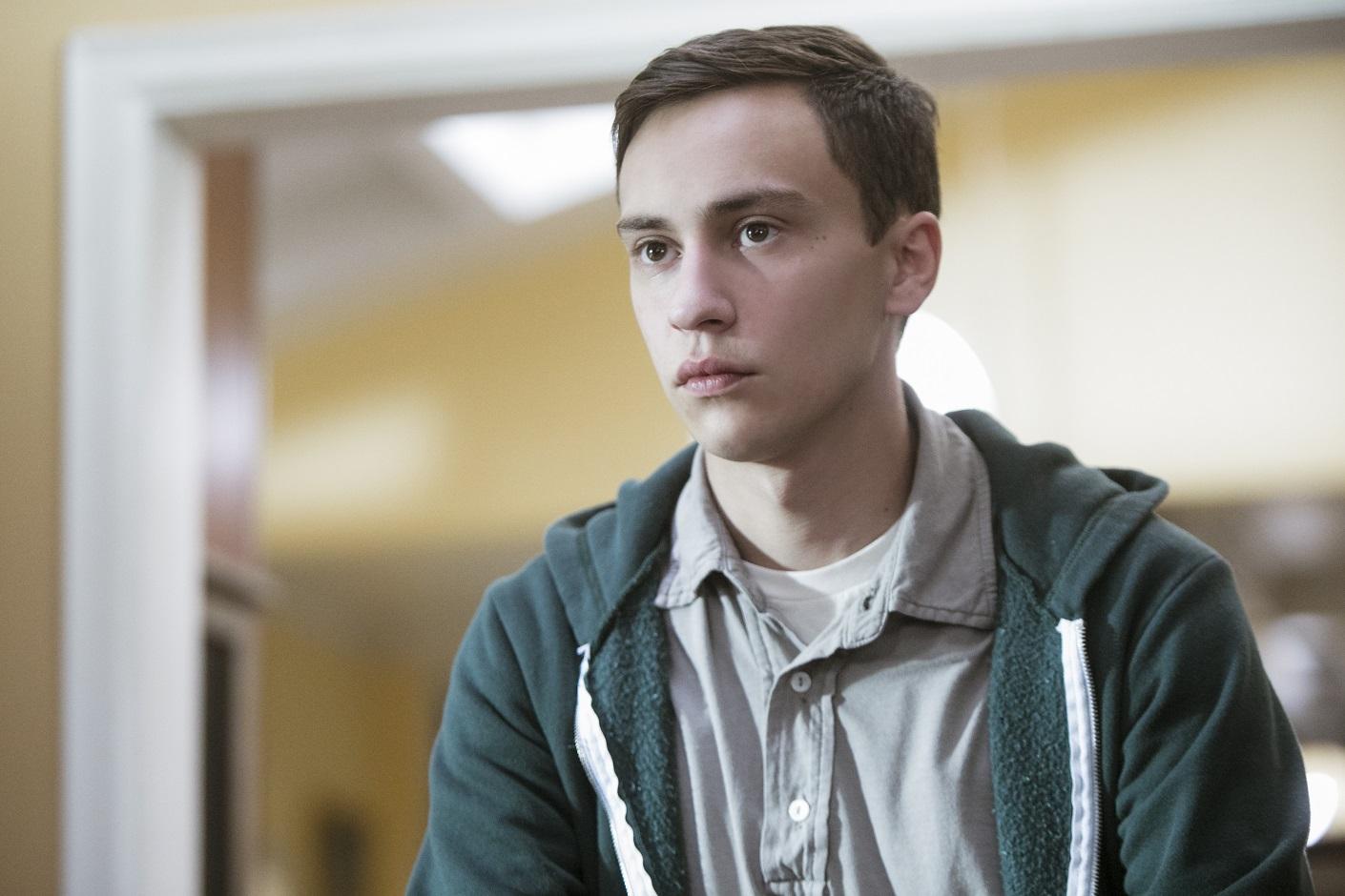 O jovem Sam Garner, vivido pelo ator Kier Gilchrist, personagem principal da nova série Atypical, do Netflix. Foto Divulgação