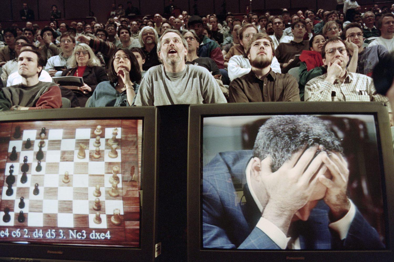 O campeão mundial de xadrez Garry Kasparov no desafio contra o computador Deep Blue, da IBM. Foto Stan Honda/AFP