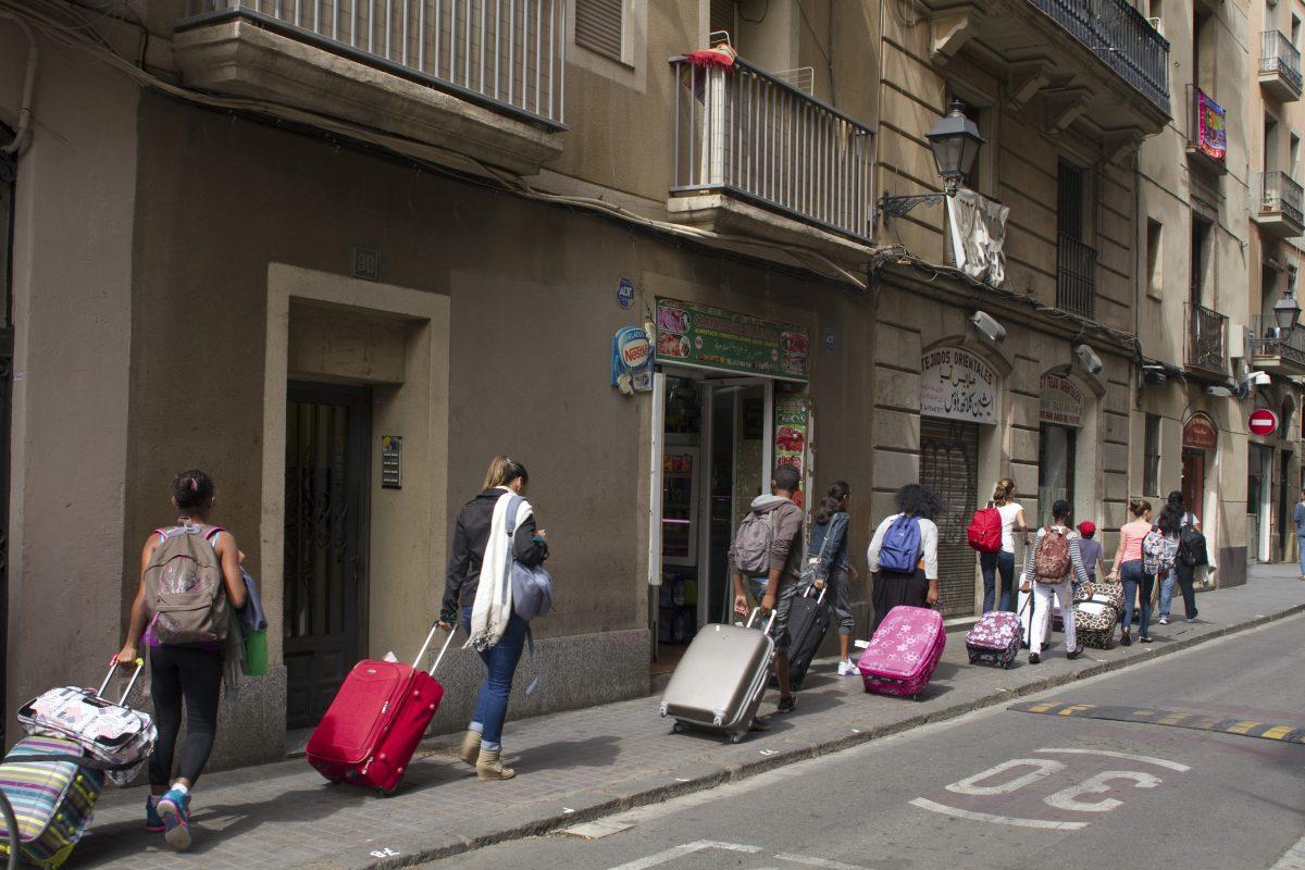 Barcelona começa a procurar formas de controlar o turismo, que gentrificou a cidade e desalojou moradores (Foto Jacques LOIC / Photononstop)