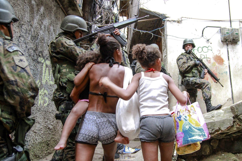 Sair para fazer qualquer compra é uma aventura perigosa nesses dias na Rocinha (Foto Bruno Itan / AGIF)