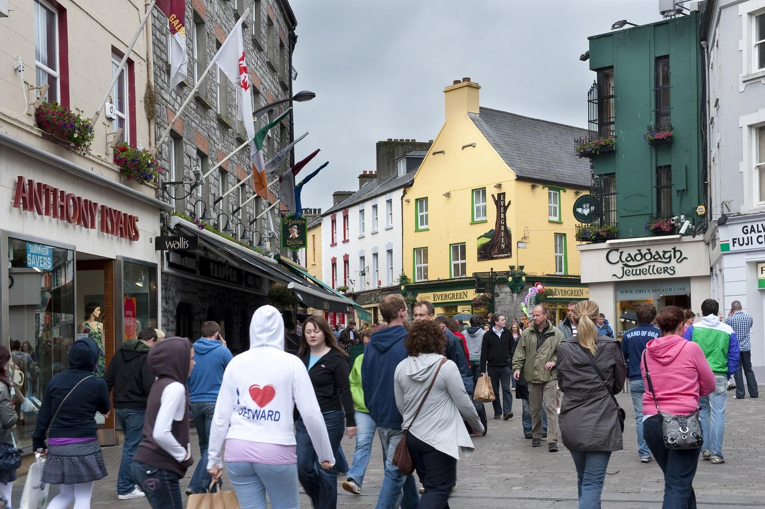 Rua de pedestres na Irlanda, exemplo que vem se espalhando por várias partes do mundo. Foto Gilles Lansard/Only World