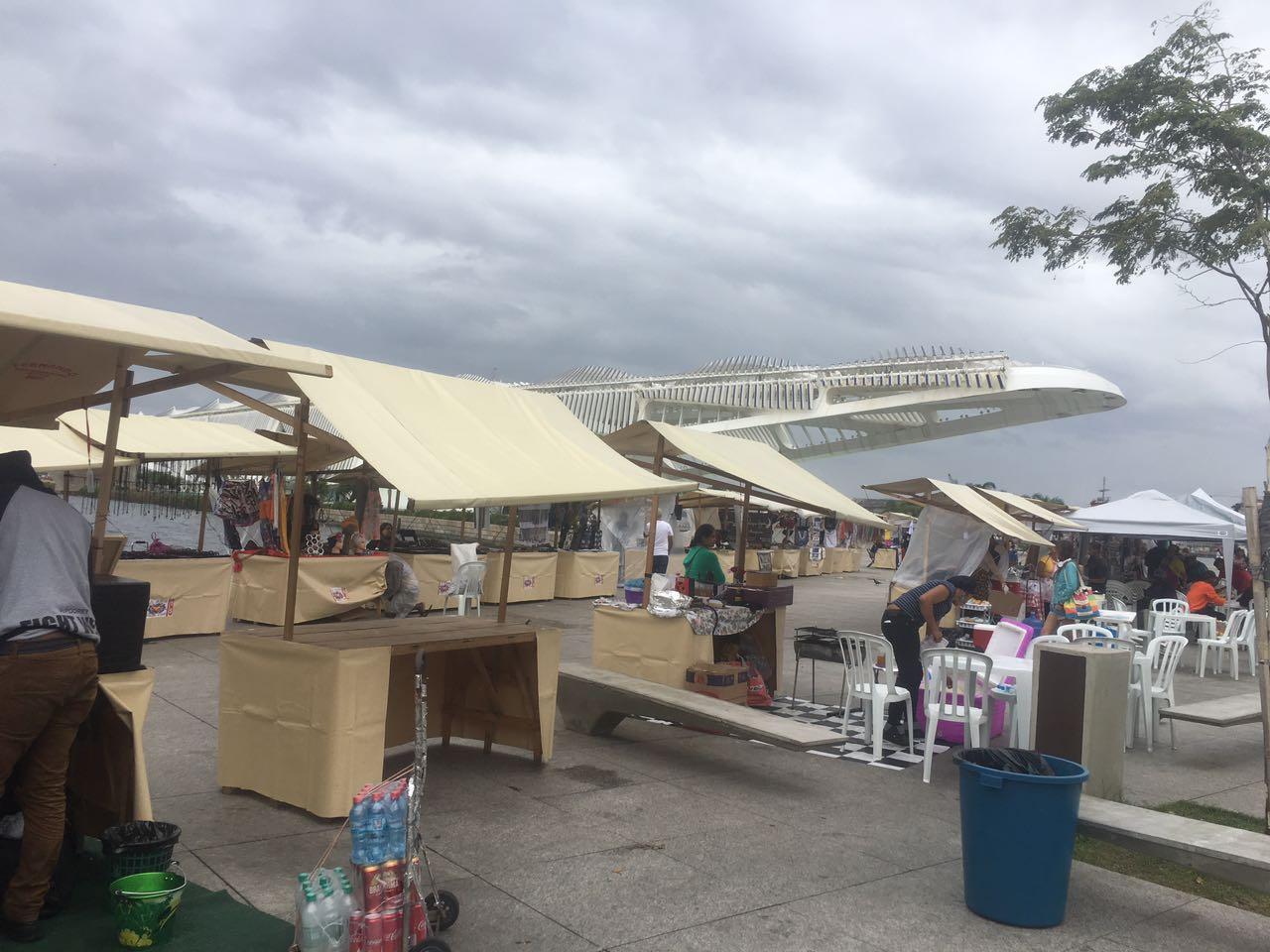 O Boulevard Olímpico, idealizado para os pedestres, hoje ocupado por barracas. Foto Joaquim Ferreira dos Santos