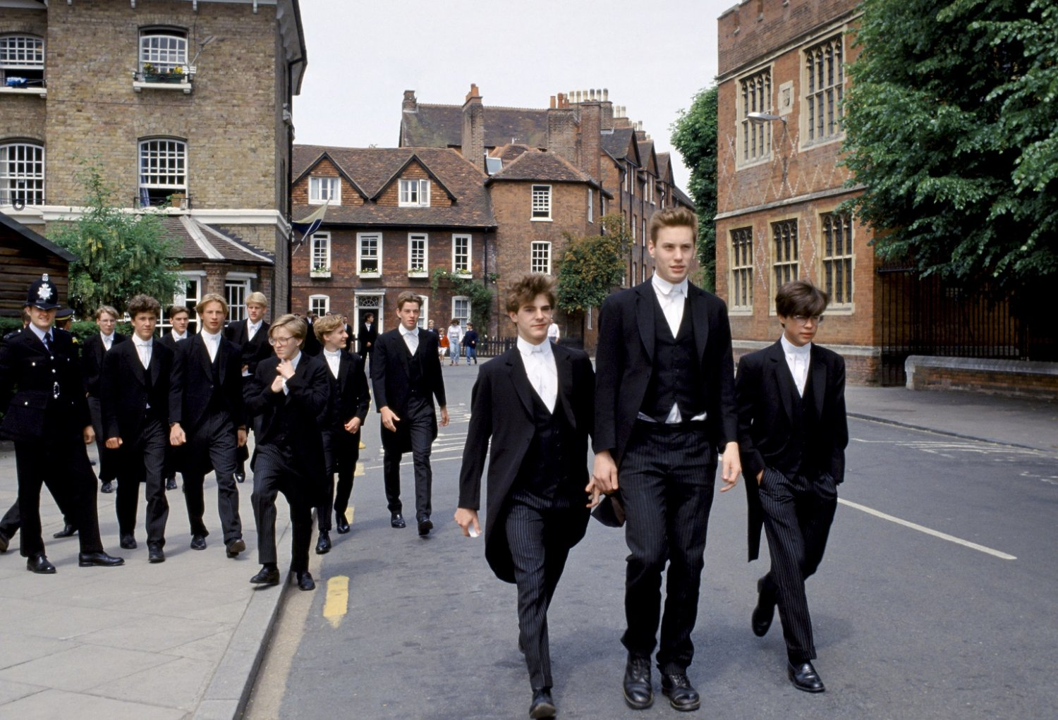 Os jovens e elegantes rapazes do Eton College no intervalo entre as aulas. Foto TIM GRAHAM / Robert Harding Heritage