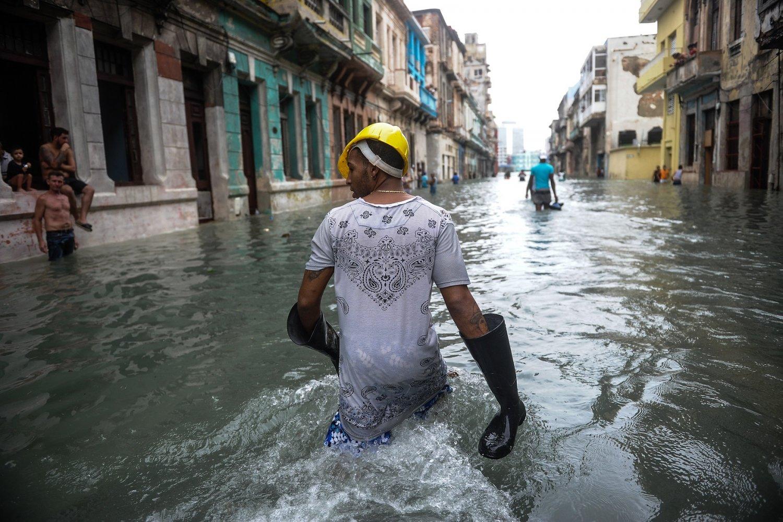 Cubano atravessa uma das ruas inundadas de Havana. Foto Yamil Lage/AFP