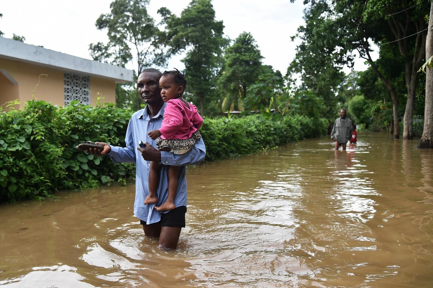 Uma das muitas ruas inundadas no Haiti depois da passagem do furacão Irma. Foto Hector Retamal/AFP