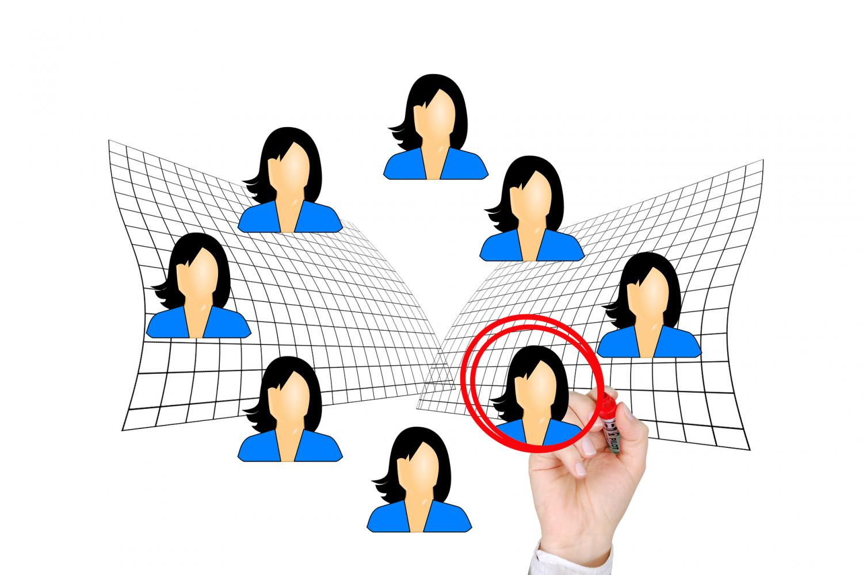 No século 21 da comunicação instantânea e das redes sociais, nós passamos a ser as figurinhas carimbadas. Foto Pixabay