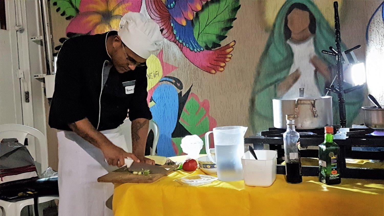 O Chef Edson Leite dando uma aula de reaproveitamento das sobras. Foto Florência Costa