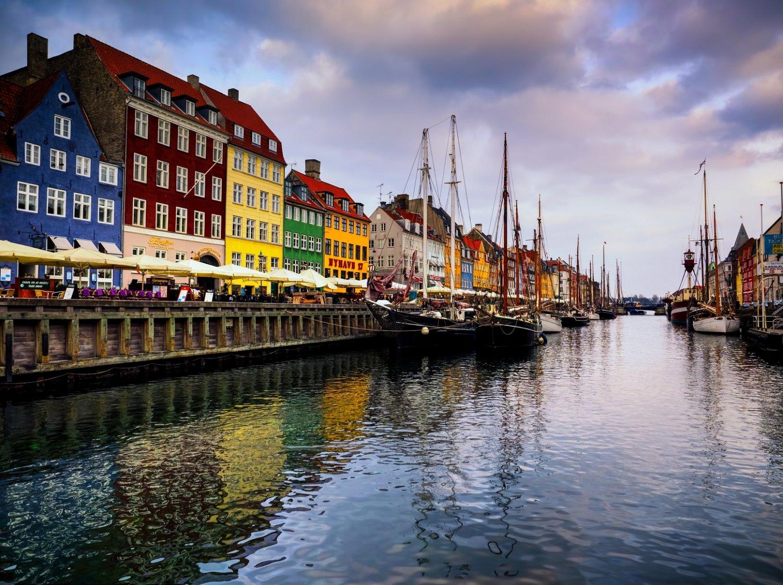 Os investimentos em mobilidade e redução das emissões de carbono fazem com que Copenhague seja uma presença constante nas listas de melhores cidades do mundo. Foto Jim Nix / Robert Harding Premium
