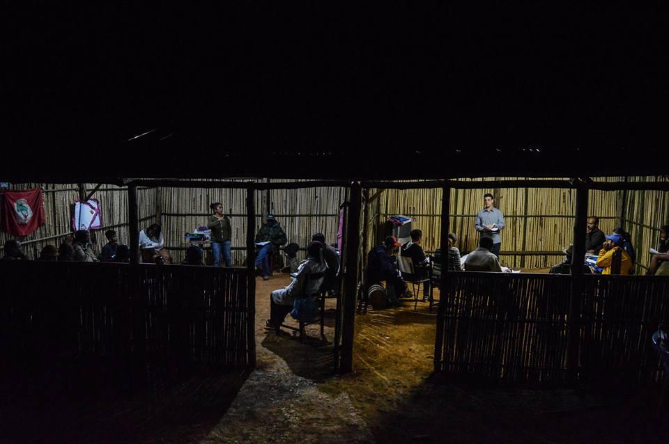 Duas salas de aula em funcionamento simultaneamente: alunos foram divididos em segmentos/ Foto: Douglas Silva