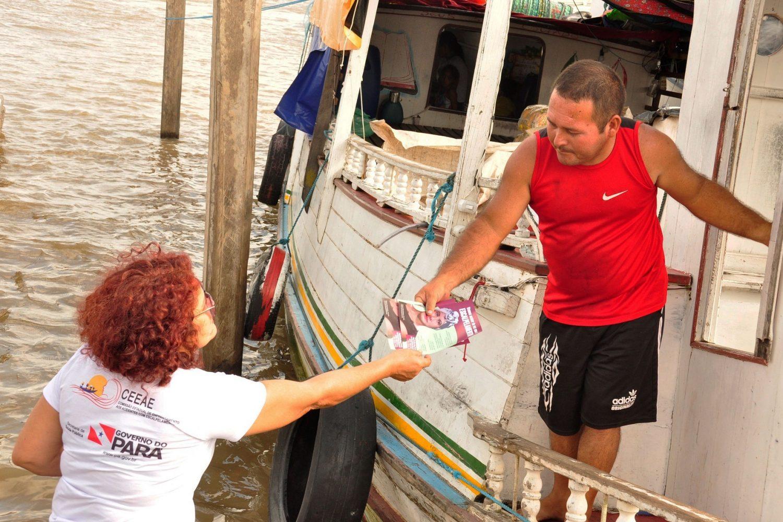 Donos de barcos recebem panfletos durante a companha de conscientização. Foto José Pantoja/Ascom Sespa