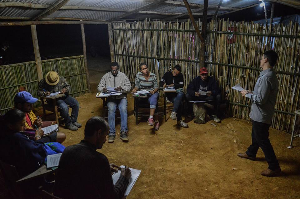 Aula no acampamento Sem Terra na Fazenda São José: professores são remunerados pelo Estado/ Foto: Douglas Silva