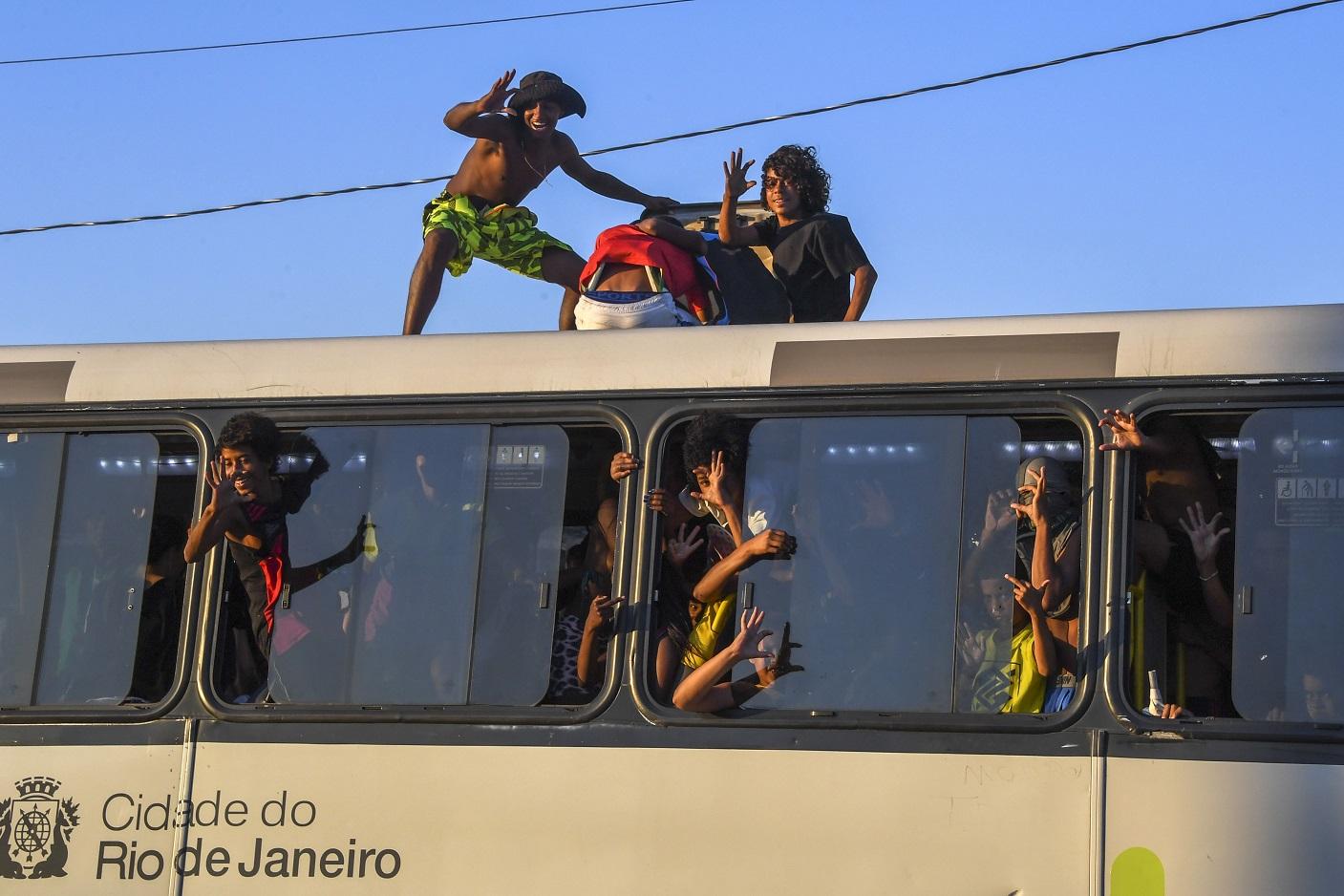 Os surfistas rodoviários do Rio, correndo risco na Avenida Brasil. Foto Apu Gomes/AFP