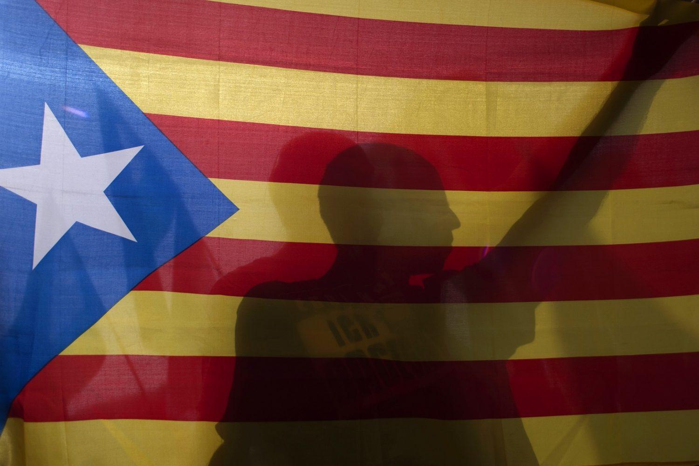 Partidário do movimento pró-independência carrega a bandeira da Catalunha no dia do plebiscito. Foto Jorge Guerrero/AFP