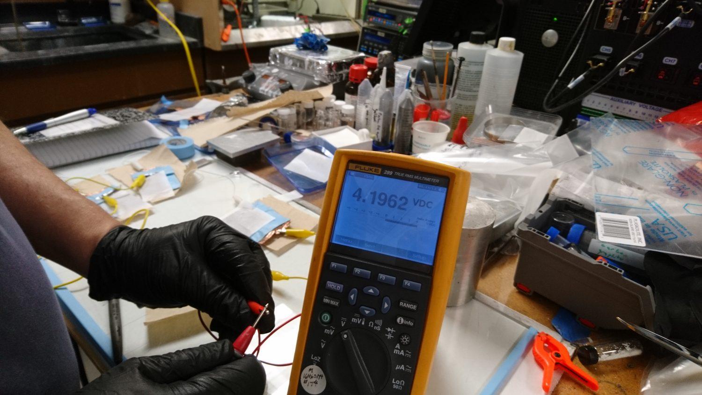 A bateria em testes no laboratório nos Estados Unidos (Foto de divulgação)
