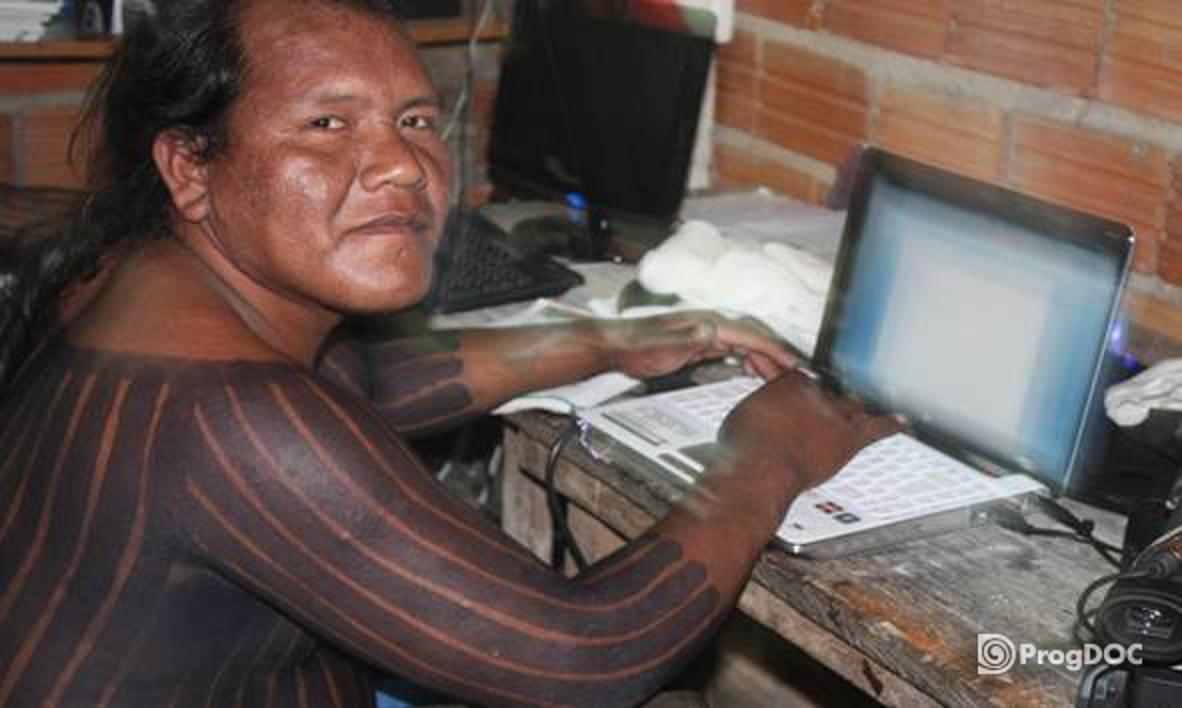 Índio Kaiapó aprende a usar os softwares de documentação linguística e cultural, criados pelo Instituto Max Plank, da Alemanha. Foto Museu do Índio