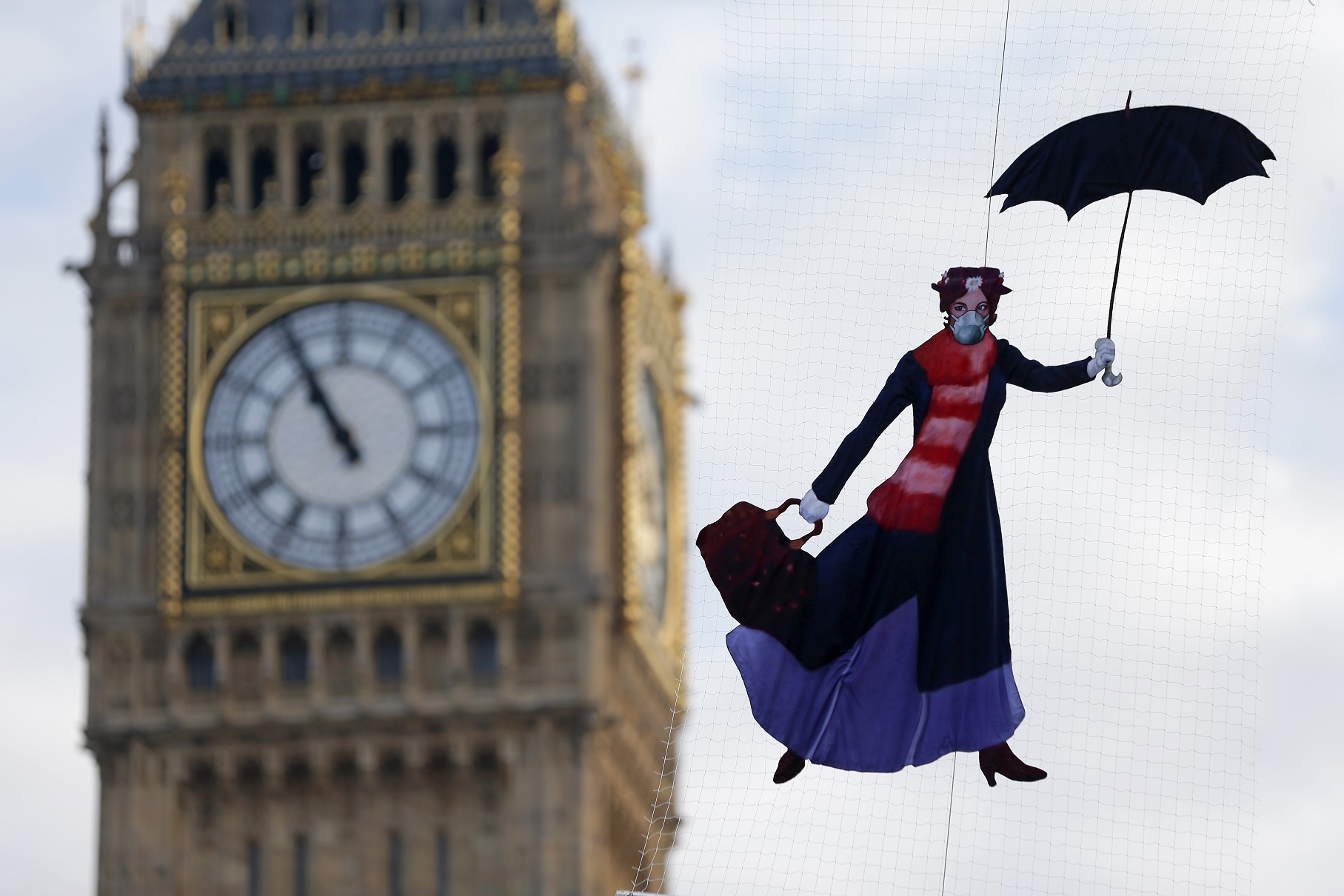 Um balão com a imagem de Mary Poppins usando uma máscara foi a forma encontrada pelo Greenpeace para protestar contra a poluição atmosférica. Foto de Daniel Leal-Olivas
