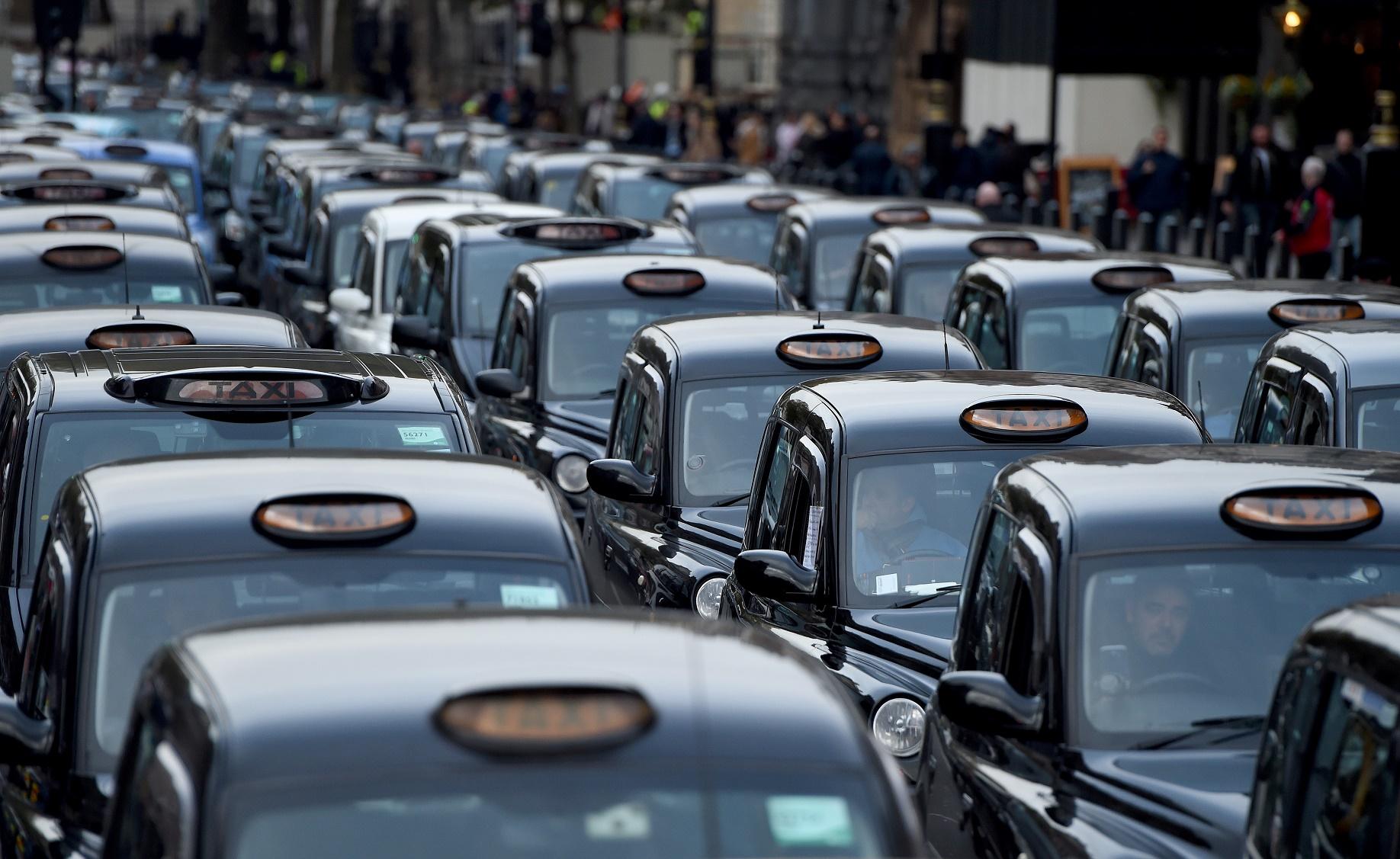Apesar de serem parte do problema, motoristas dos tradicionais black cabs protestam contra a poluição do ar. Foto de Kate Green /Anadolu Agency