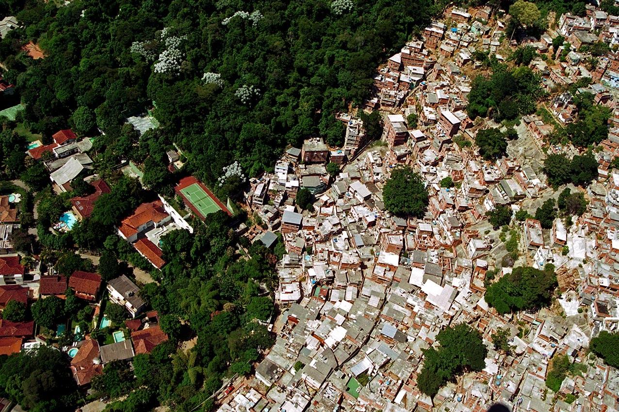 A desigualdade vista do alto, no Rio de Janeiro, uma das maiores cidades do país. Foto Custódio Coimbra