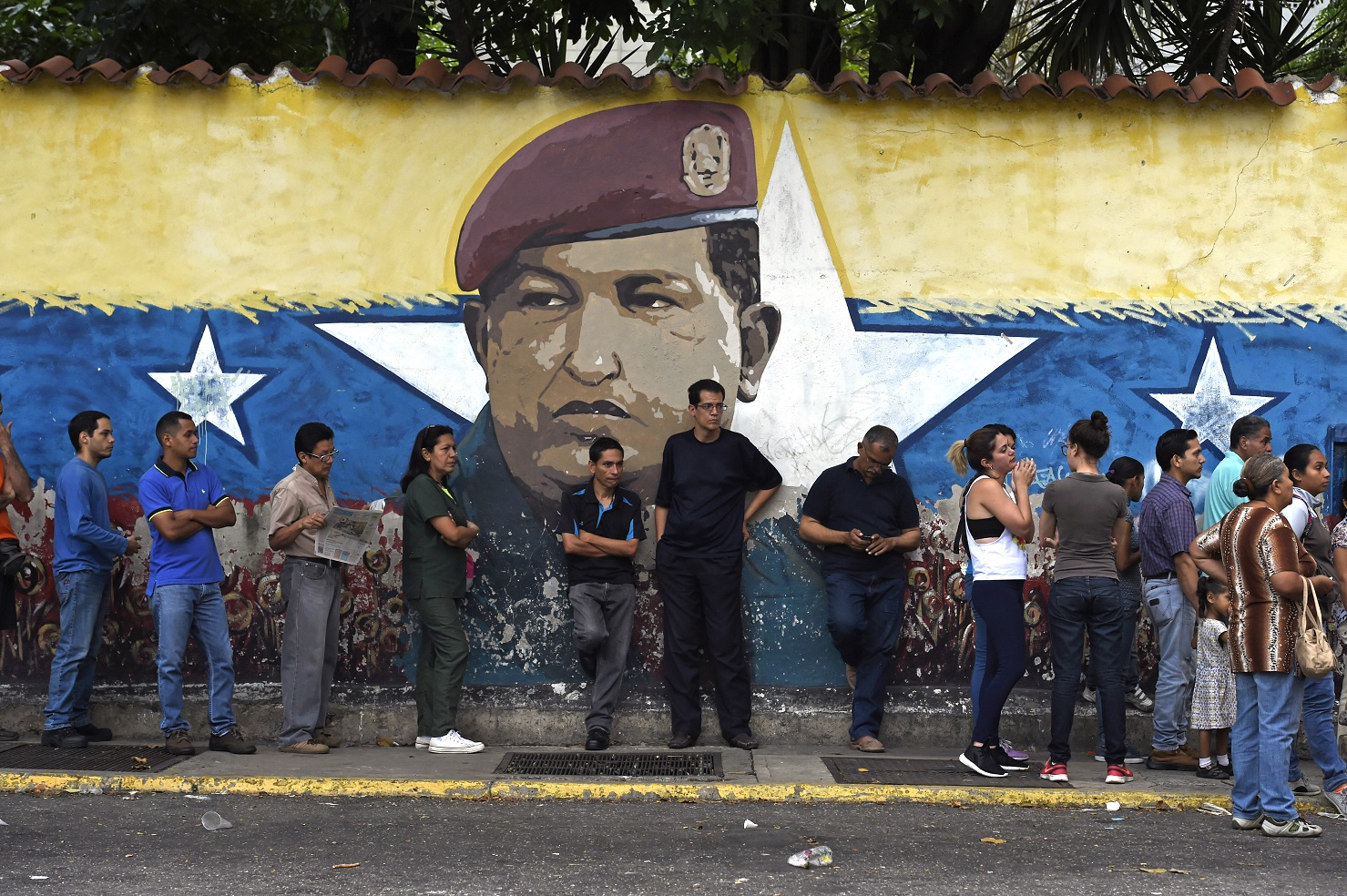 Venezuelanos esperam na fila para votar no pleito do último domingo, onde 61% dos eleitores compareceram às urnas. Foto Juan Barreto/AFP