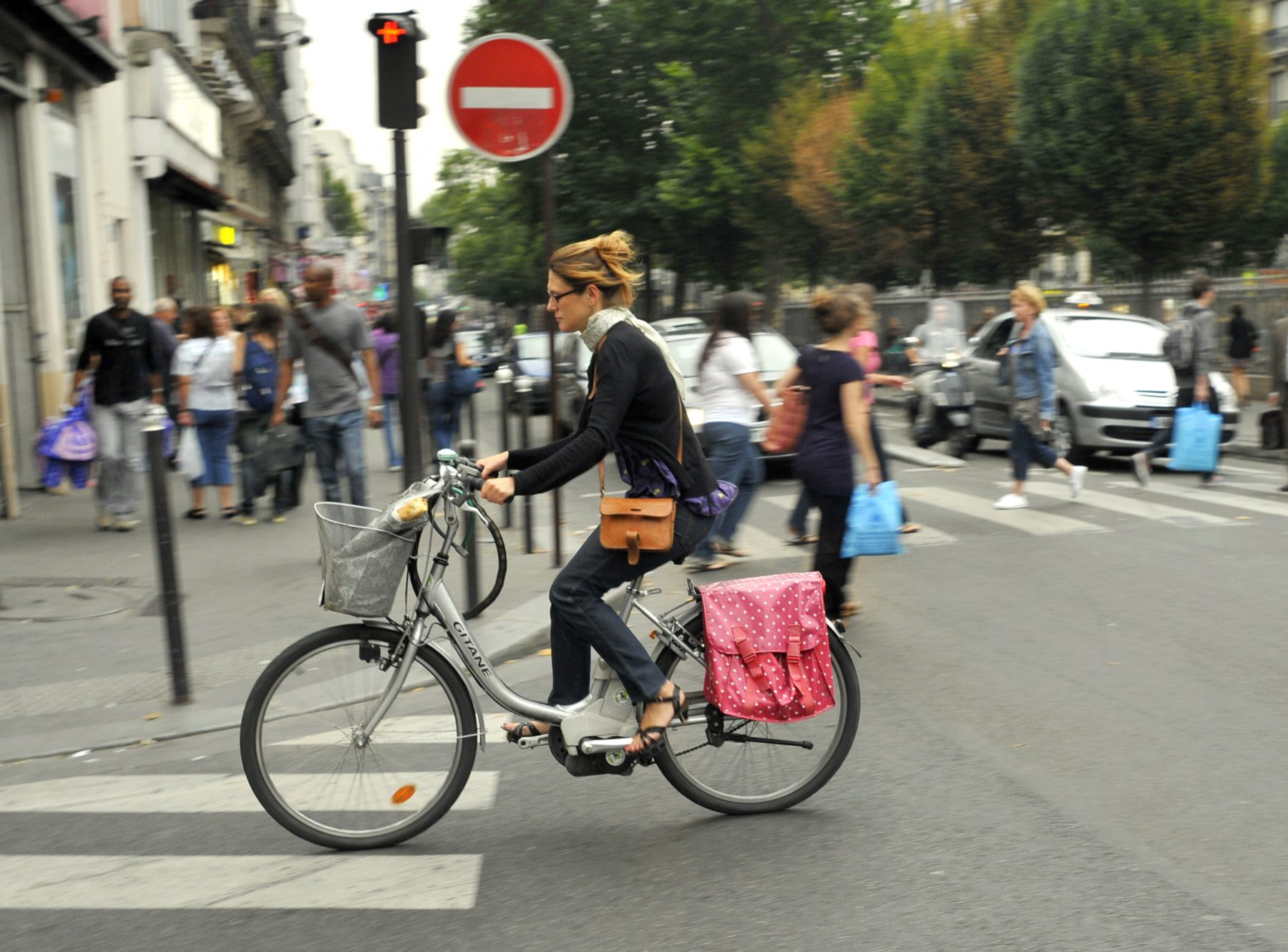 FRANCE. PARIS (75) WOMAN ON AN ELECTRIC BICYCLE