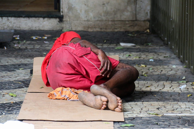 Menor dormindo ao relento, no Rio de Janeiro. Foto de Luiz Souza/ NurPhoto/ AFP