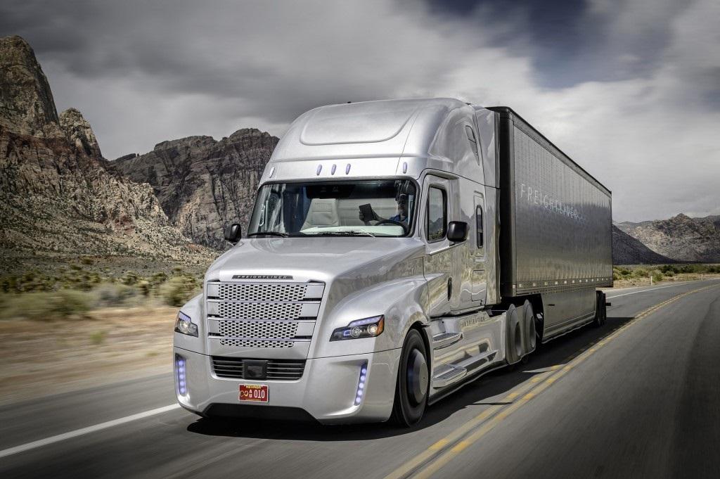 Executivos do grupo que reúne Mercedes e Daimler afirmam que a chegada dos sistemas de pilotagem automática aos caminhões não aposentará os motoristas. Foto Divulgação/Daimler