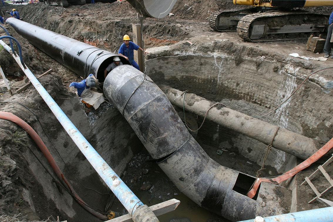 Obra da Cedae no emissário submarino da Barra. O patrimônio líquido da empresa avançou 417% em dez anos. Foto de Custódio Coimbra