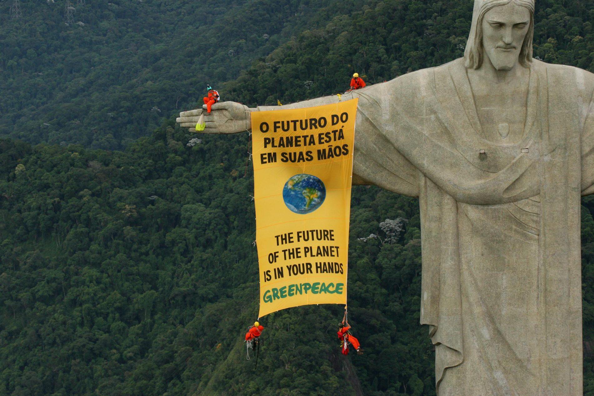 Banner no Cristo Redentor. Foto de Daniel Beltrá/ Greenpeace
