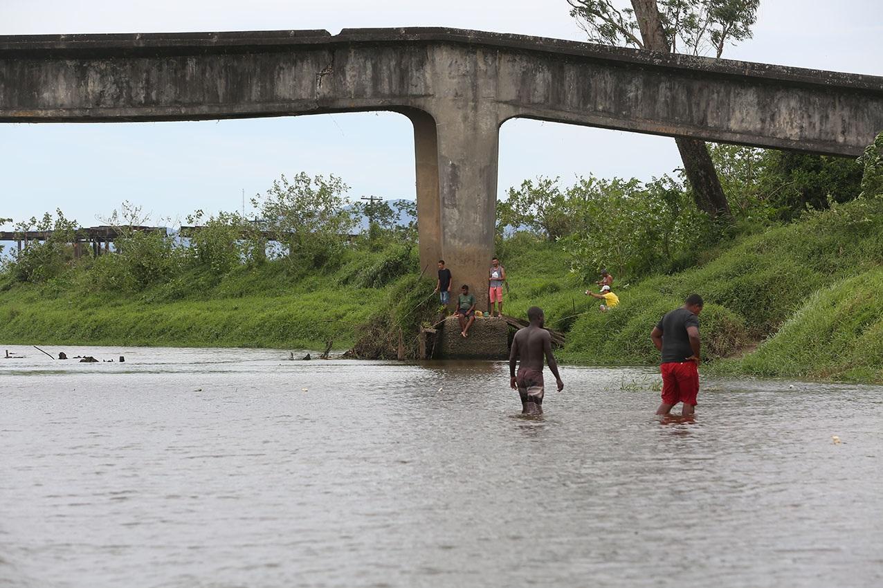 O nivel do Rio Guapi-Macacú, no local onde é feita a captação da água, muito abaixo dos volumes normais. Foto Custódio Coimbra