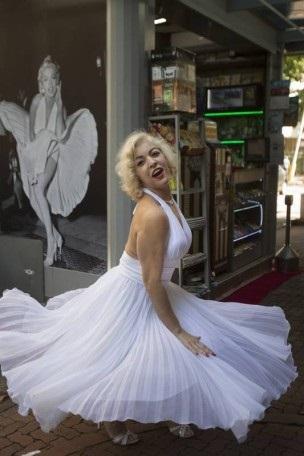 """Em certos dias Meire assume o balcão com o mesmo vestido branco de decote generoso que usou no filme """"O pecado mora ao lado"""""""