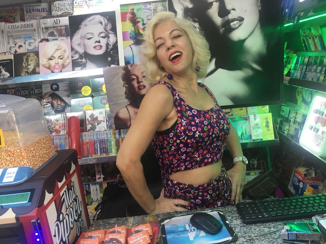 Os turistas curtem e disparam cliques naquela aparição surreal: uma deusa do cinema que tenta vender jornal em Ipanema. Foto Joaquim Ferrreira dos Santos
