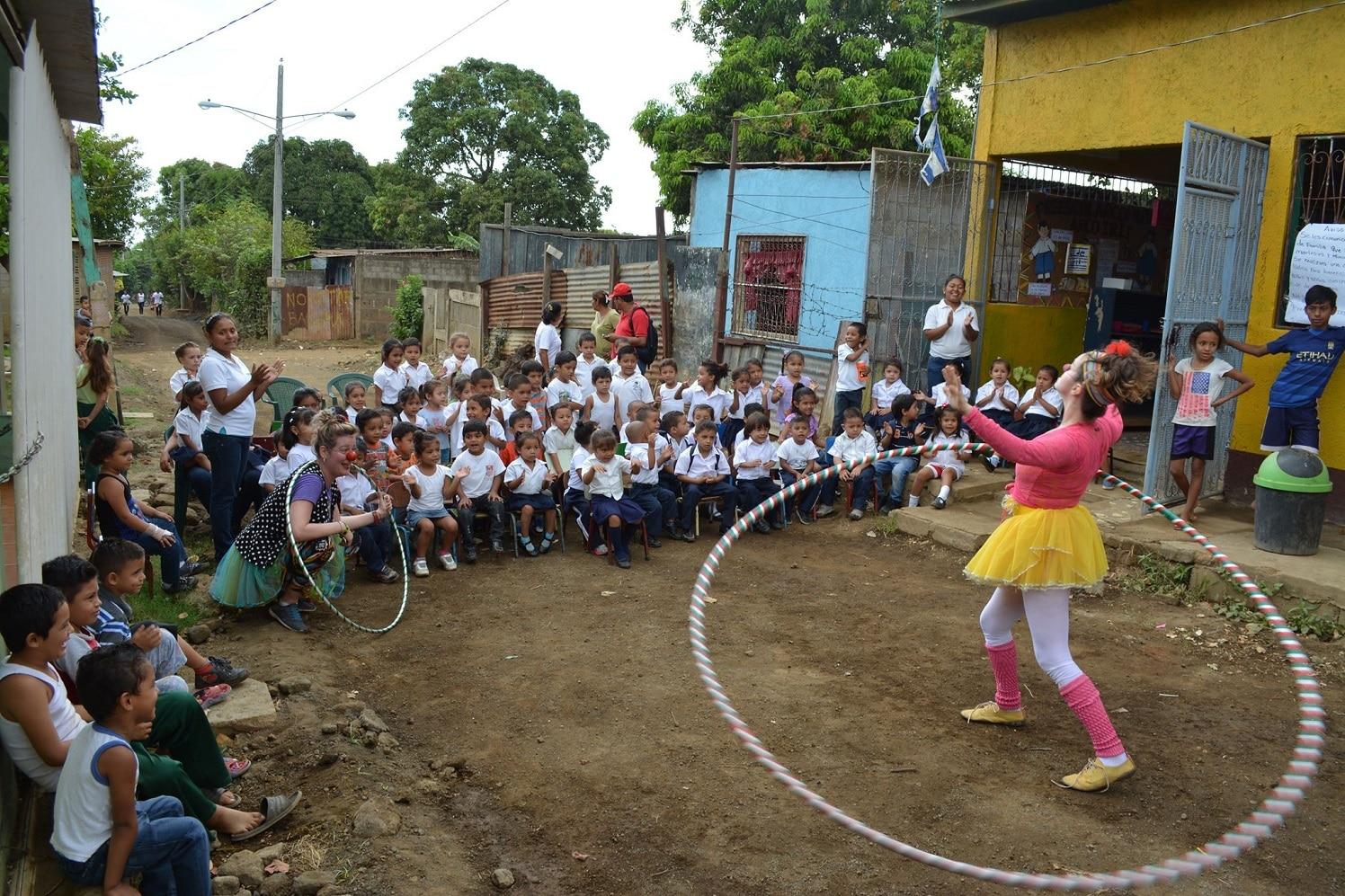 A brasileira Aline Moreno com o seu bambolê gigante numa das ruas de barro da Nicarágua. Foto Geoff Marsh