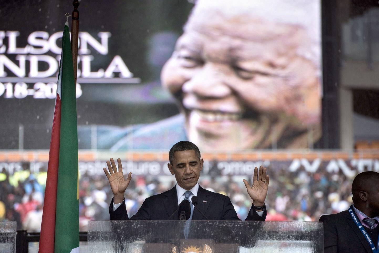 """Barack Obama e Nelson Mandela, dois incontestáveis exemplos """"dessa coisa de preto"""". Foto Brendan Smialowski"""