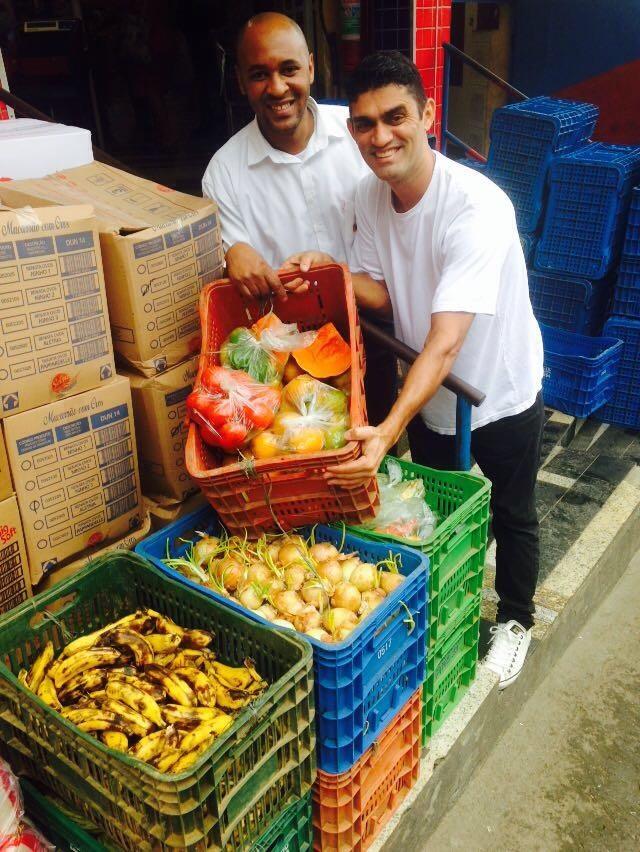 Fábio recebe as sobras que chegam do supermercado da comunidade. Foto Divulgação