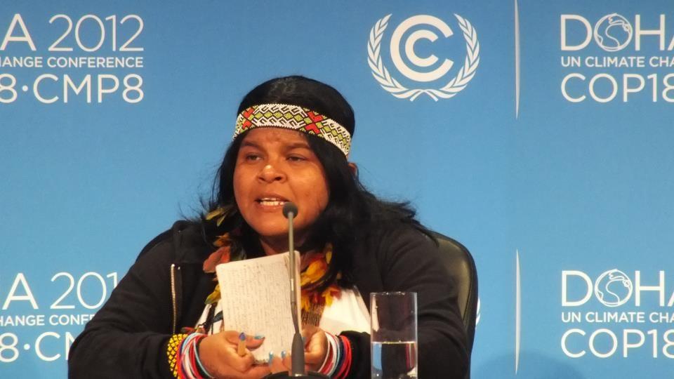 Sonia Guajajara, da Articulação dos Povos Indígenas, faz um pronunciamento na COP-18, em Doha, no Quatar. Foto Cimi