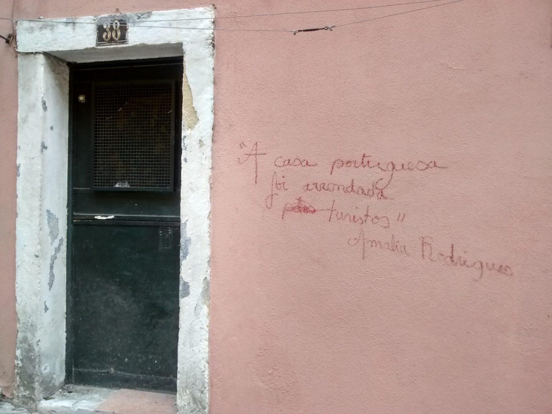 "Nas paredes da Alfama, protesto: ""A casa portuguesa foi arrendada por turistas"". Assinado: Amália Rodrigues (Foto Lauro Neto)"