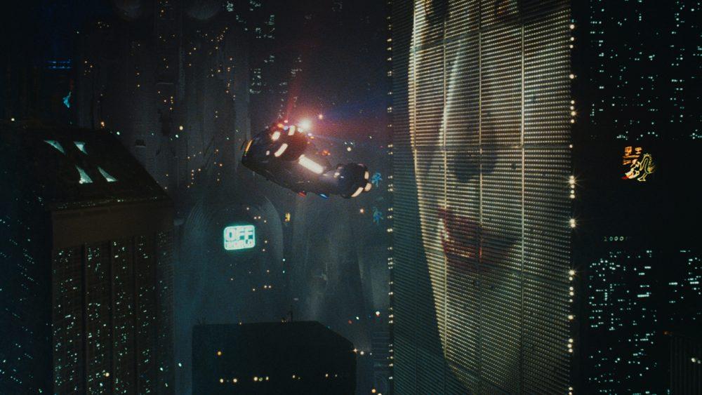 No filme original e no novo há carros voadores, que são ainda protótipos hoje. Os outdoors digitais interativos foram profetizados na fita dos anos 1980 (Foto: divulgação)