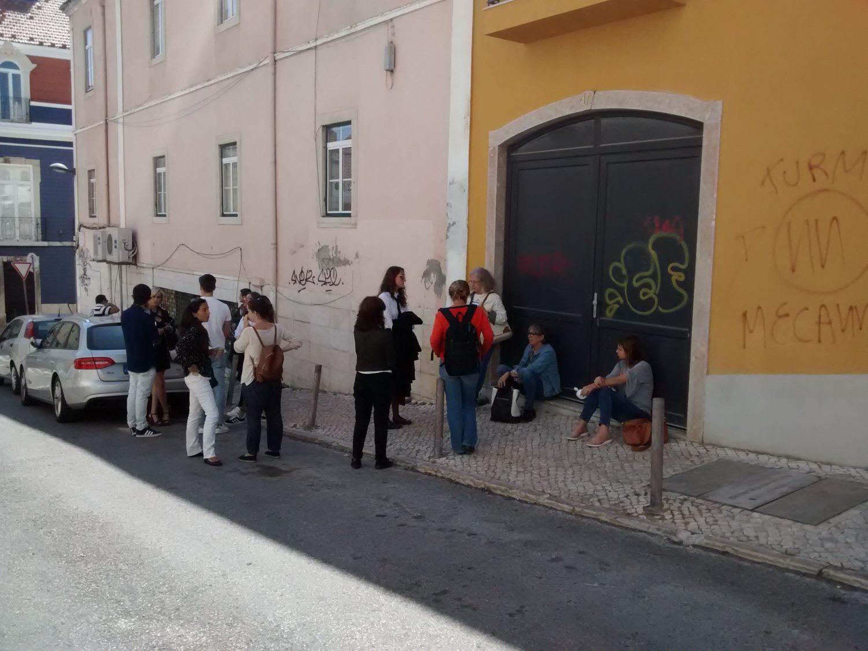 Fila para tentar alugar um apartamento em Lisboa (Foto Lauro Neto)