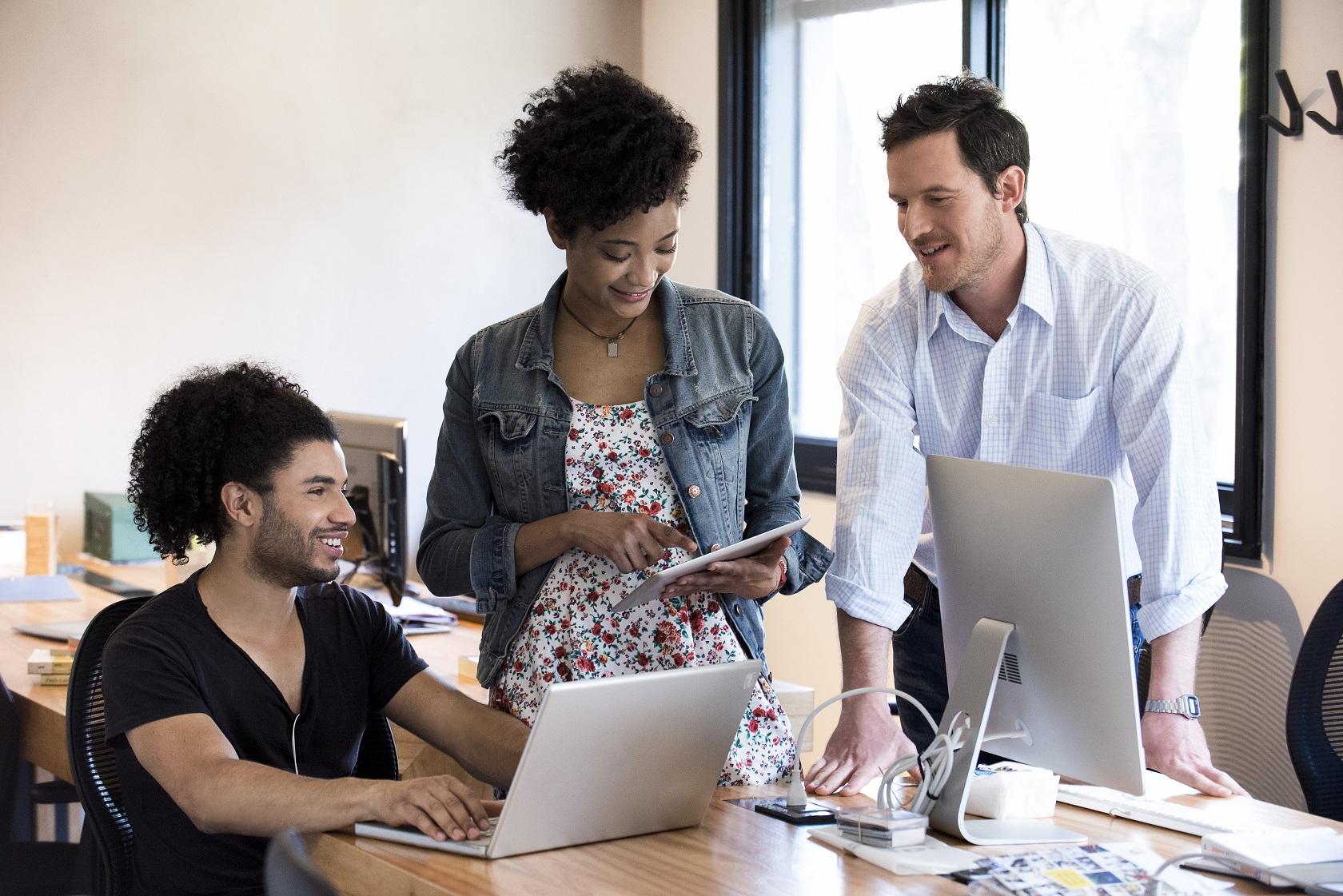 Os Millennials estão mais interessados em experimentar e em trabalhar em ambientes menos burocráticos e hierárquicos. Foto Eric Audras / AltoPress / PhotoAlto