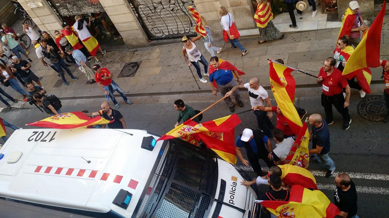 Manifestantes ultranacionalistas invadem loja do Barcelona e dão com paus de bandeira no carro da polícia catalã. Foto Marcelo Kischinhevsky