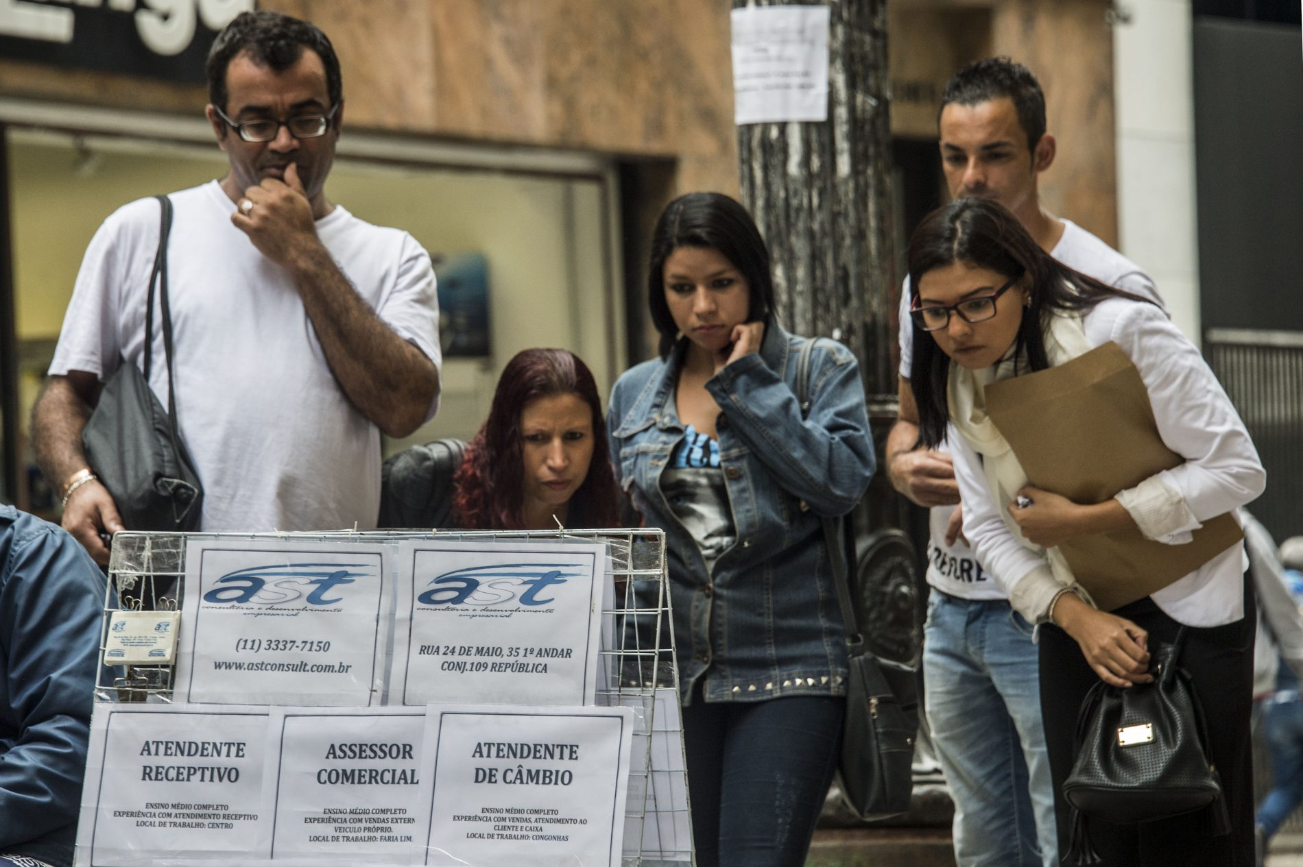 Desempregados olham ofertas de emprego em Sao Paulo. Foto de Nelson Almeida/ AFP