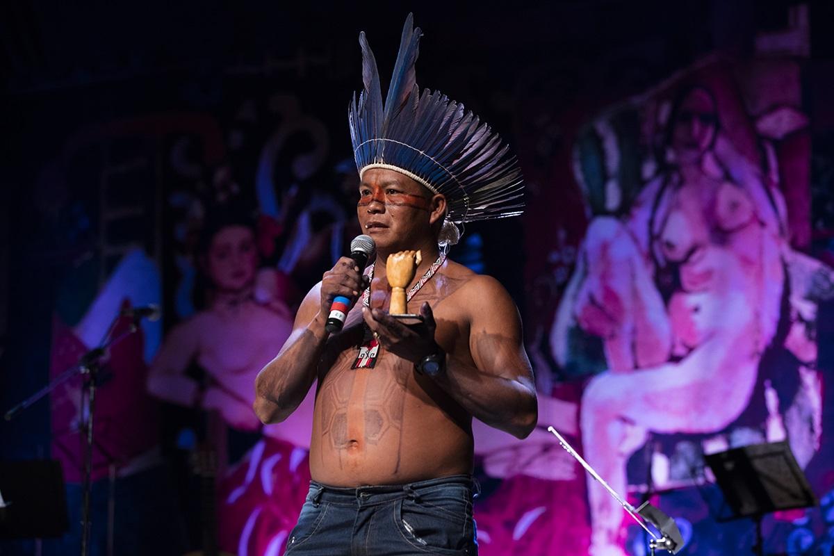 """O cacique Dadá Borari foi o último premiado da noite, fez parte do agradecimento na sua língua, o """"nheengatu"""", cantou e dançou. Foto Marizilda Cruppe"""