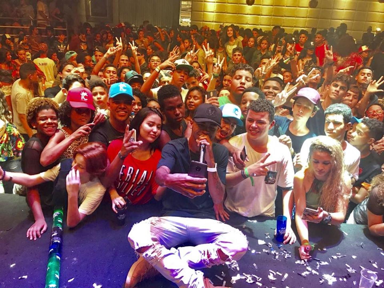 O DJ Rennan da Penha faz uma selfie com alguns dos seus milhares de seguidores. Foto Divulgação