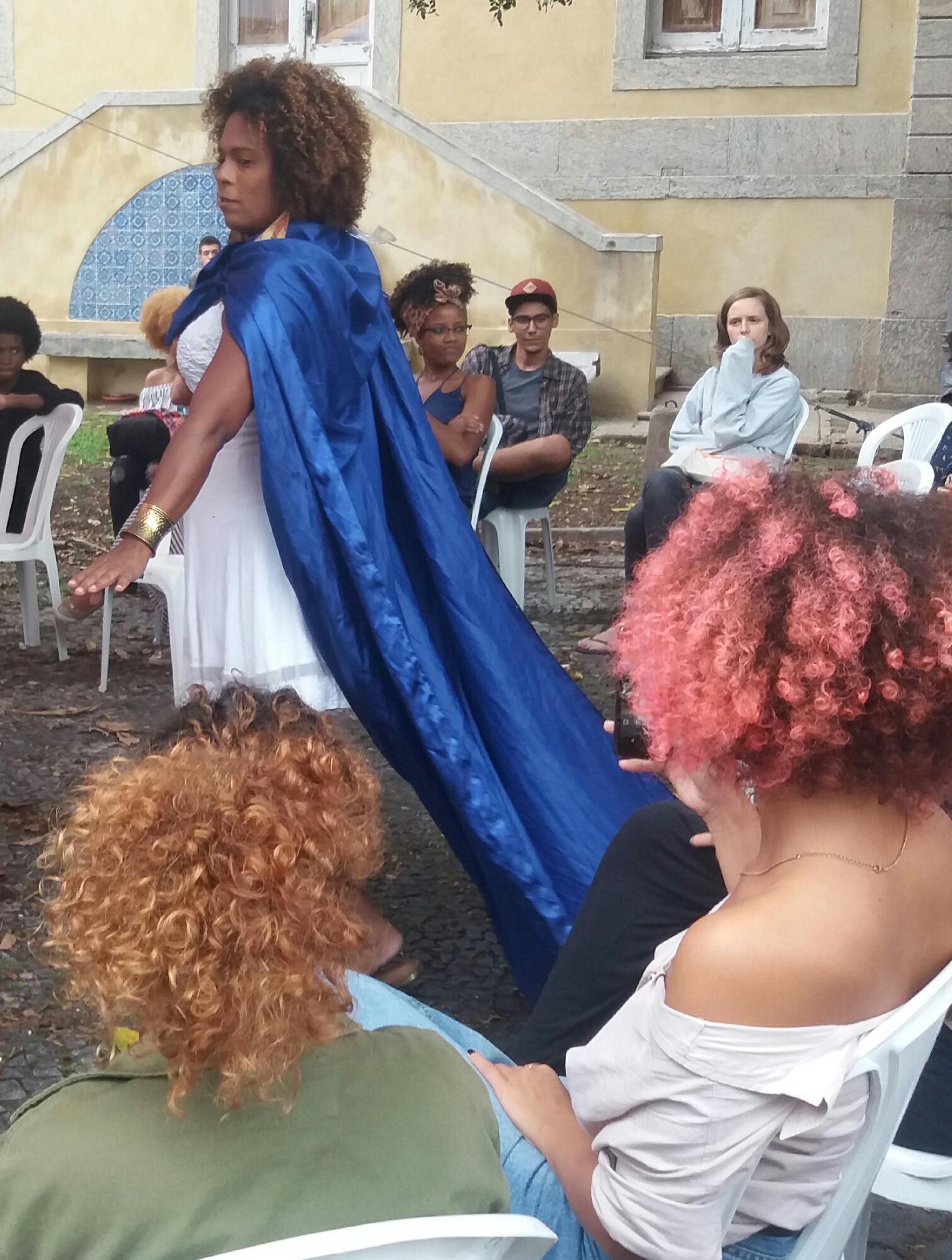 """A professora Julia Dutra no espetáculo """"O mito da criação"""": cultura afrobrasileira nas escolas (Foto: arquivo pessoal)"""