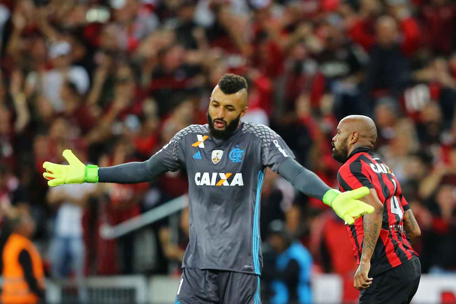 O goleiro Alex Muralha, do Flamengo, se desculpa por um dos muitos gols que tem levado ultimamente. Foto Heuler Andrey/AFP