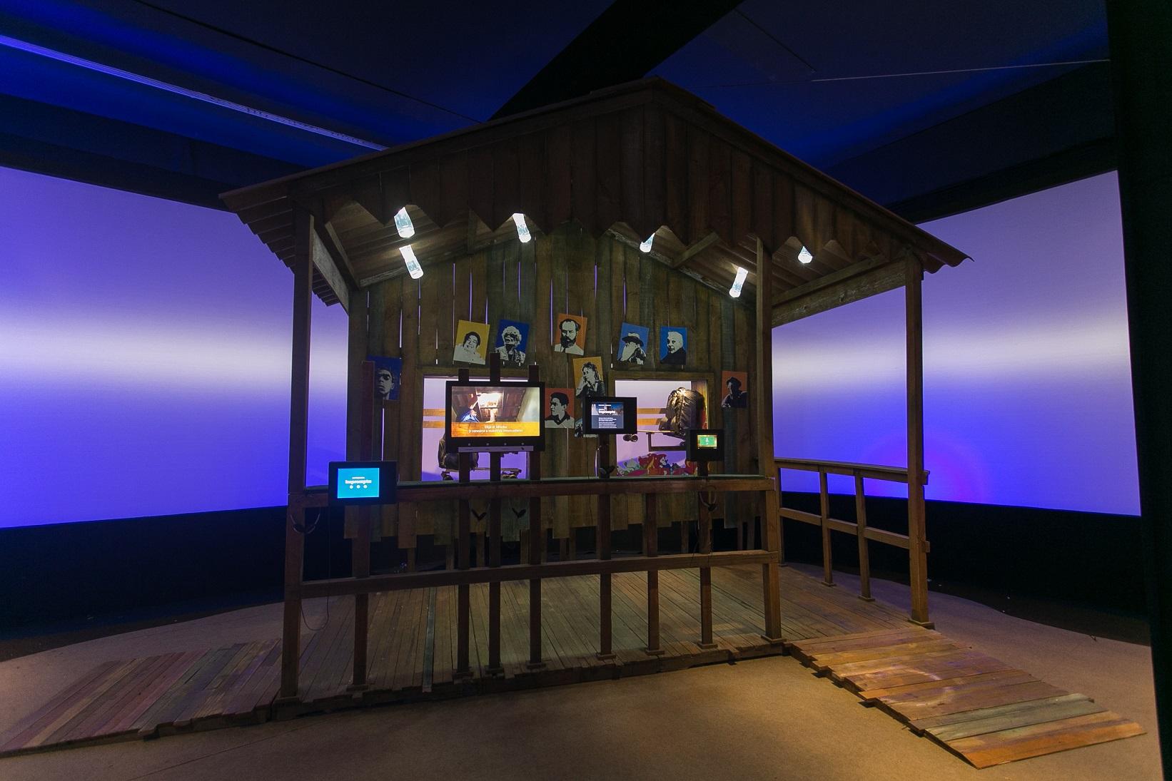 A lâmpada de Moser e a mochila skate, duas das atrações da exposição. Foto Raquel Cunha