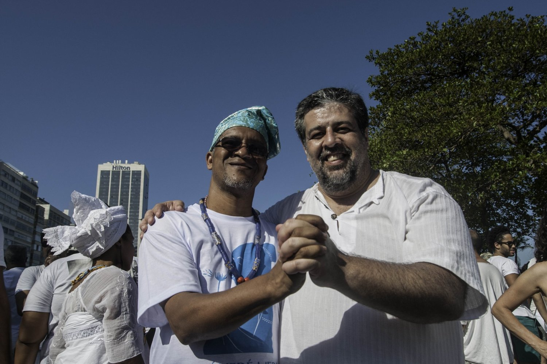 O pastor José Barbosa Júnior com o Babá Adailton, do Ilê Omiajuarô, na Caminhada pela Liberdade Religiosa. Foto André Teixeira