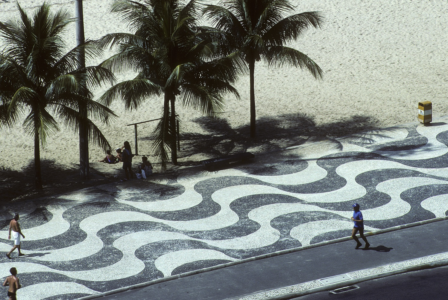 As pedras portuguesas no tradicional calçadão de Copacabana. Foto Leemage