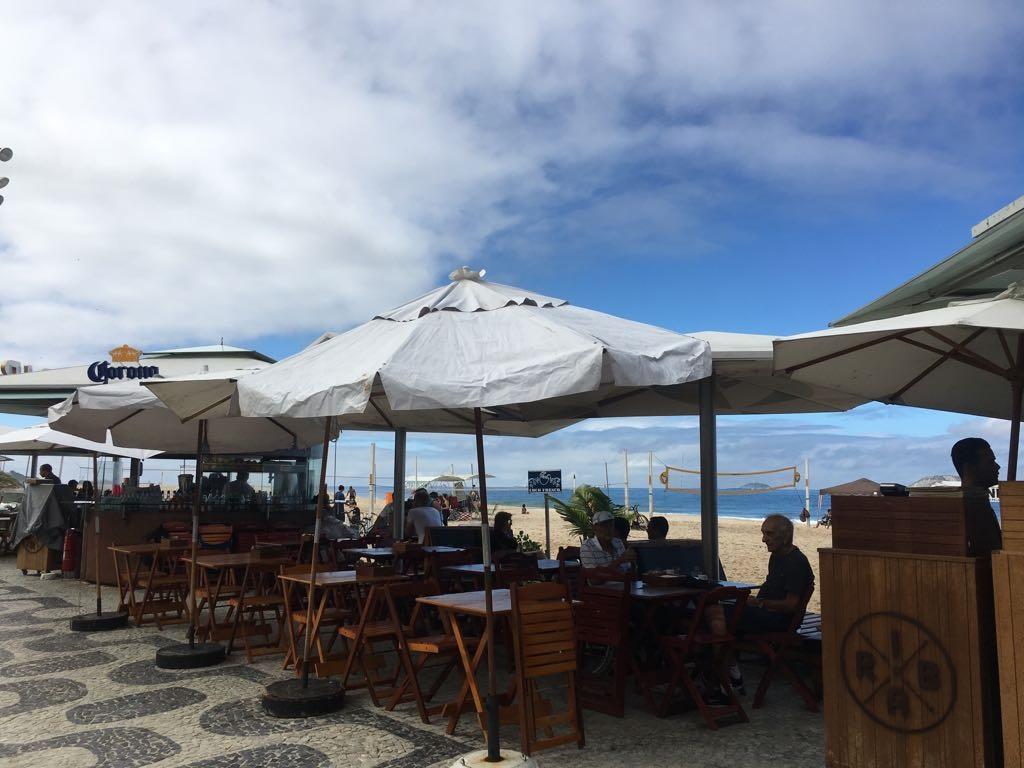 Quiosque no Leblon: um muro de mesas, cadeiras e ombrelones esconde a praia. Foto Joaquim Ferreira dos Santos